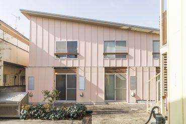 ピンクときいろの3つの棟があつまったテラスハウス。