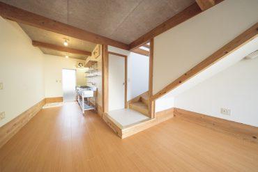 木がふんだんに使われたお部屋。ダイニングキッチンは6.5帖の大きさ。