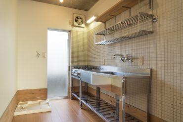 木×スレンレス×白タイルのキッチン。