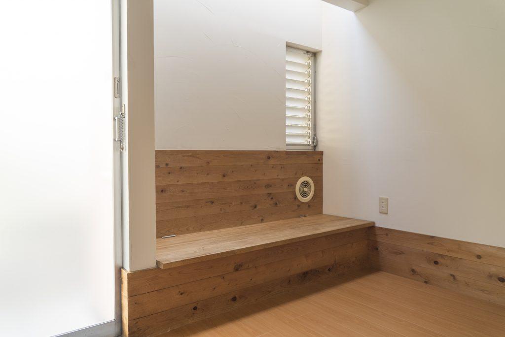 玄関先にあるベンチのようなスペース。