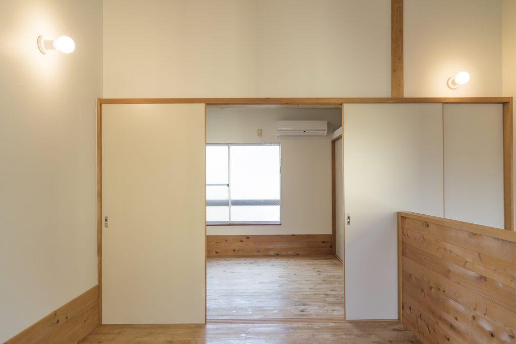 階段側の手前の洋室は6帖。奥の洋室とは仕切ることができます。