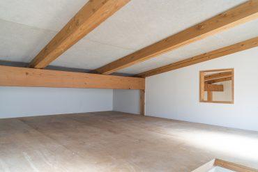 洋室の上には屋根裏部屋があります。