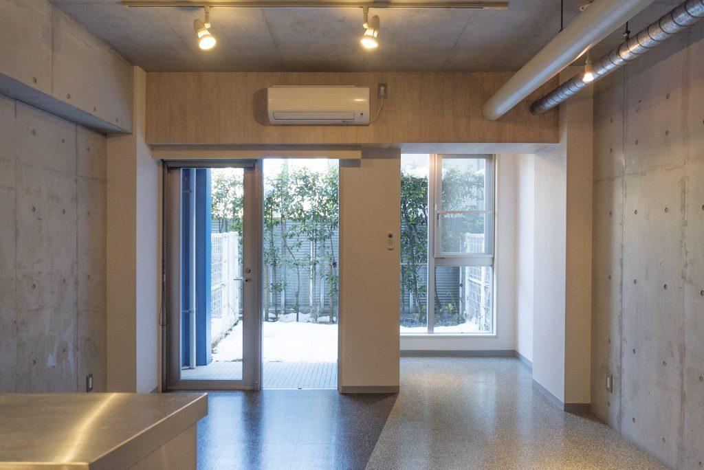 様々な素材がミックスした個性的な一室。