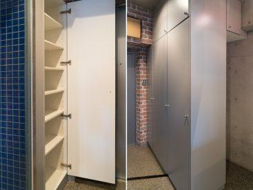 シューズボックスに大小5つの収納。その真ん中の収納には洗濯機置き場があります。