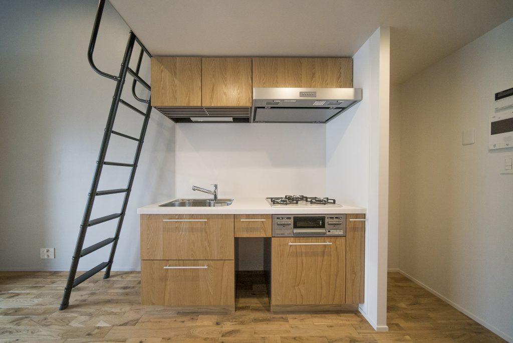 木目調のキッチン。