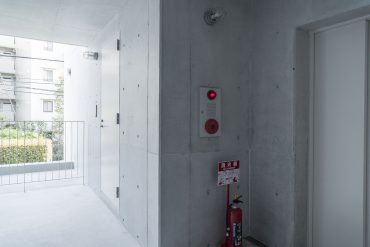 光の入るエレベーターホール