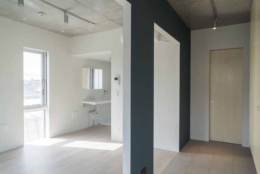 キッチン側の壁は深緑(内装)