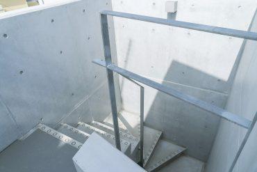 階段でも下の階へ〜