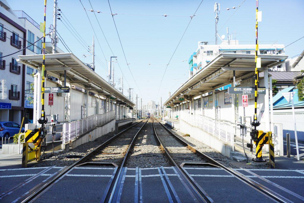 改札のない松原駅には穏やかな空気が流れます。
