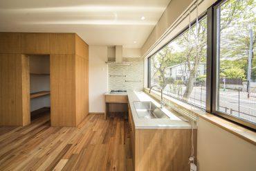 キッチンは日当たりが良い南側の窓辺に。