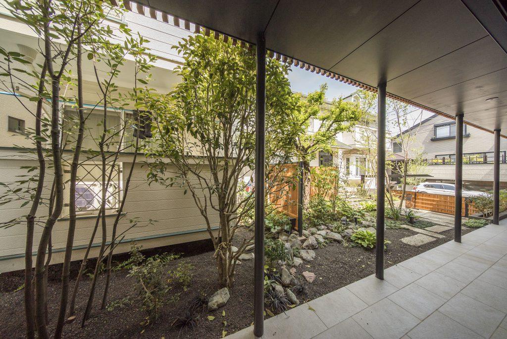 北側の窓からは共用部の植栽が望めます。
