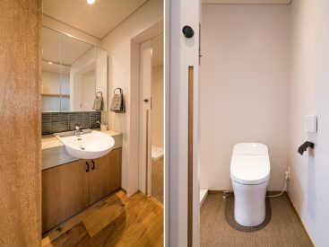 大きな鏡ところっとしたフォルムがかわいい洗面。ビニル織物床材のトイレ。