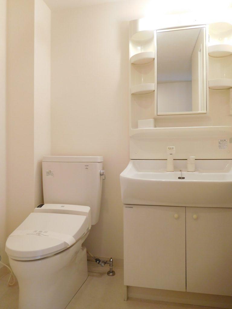 トイレは温水洗浄付き、独立洗面台で髪洗えます