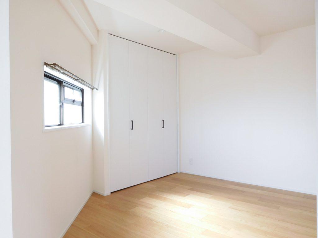寝室に最適な6.5帖の洋室。備え付けの収納が。