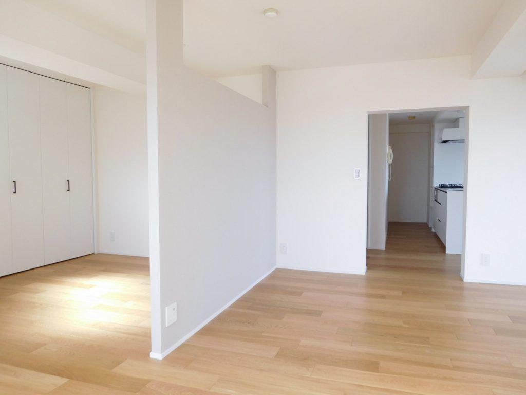 洋室を仕切るのは上部の開いたパーテーション。