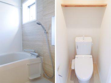 浴室乾燥機付きのバスルームと棚付きのトイレ。