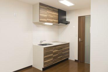 木目のデザインが施されたキッチン。