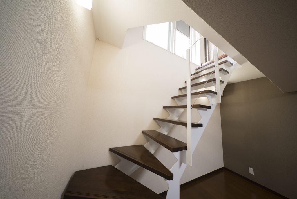 地下1階は、階段上からの光が少しだけ漏れています。