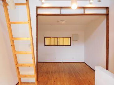 無垢フローリングが続く広々とした洋室。