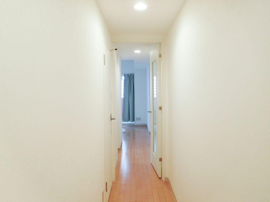 玄関すぐの細い廊下。
