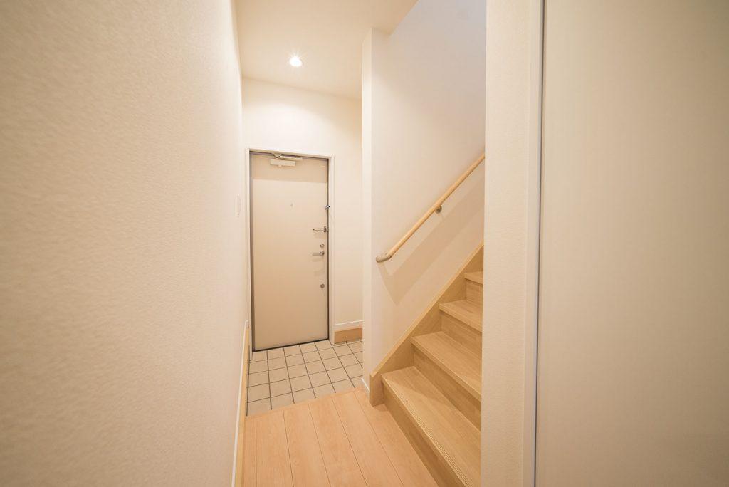 2階への階段は玄関先に。ただいまからすぐ2階へ行けちゃいます。