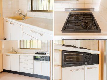調理スペース広々、3口ガスコンロ付きのキッチンです。