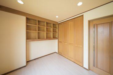 洋室の片隅にある戸棚とクローゼット。