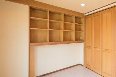 戸棚は場所をとる本棚の代わりとなります。