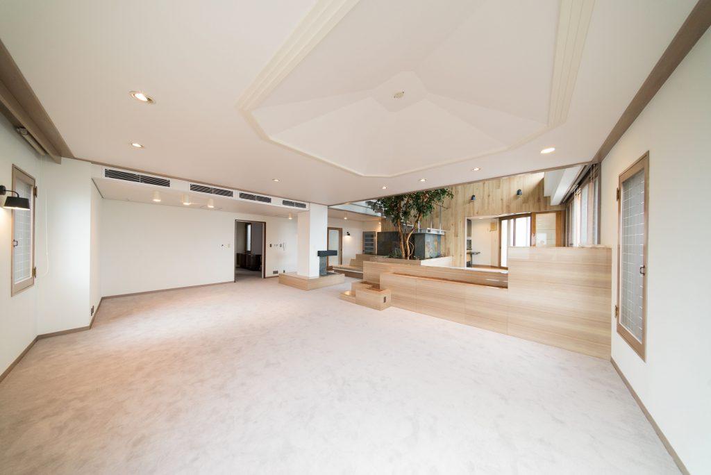 元々ウッド調だった壁紙を白に、床もグレーのカーペットに変更したことで、気品ある印象に。