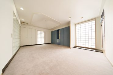 ガラスブッロクに囲まれた下階の洋室。やさしい光が差し込みます。