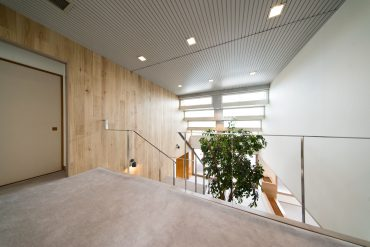 下階と上階は吹き抜けで、空間がふわりと繋がっています。