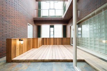 中庭のようなウッドテラス。外とは隔てられているものの、吹き抜けで気持ちの良い空間です。