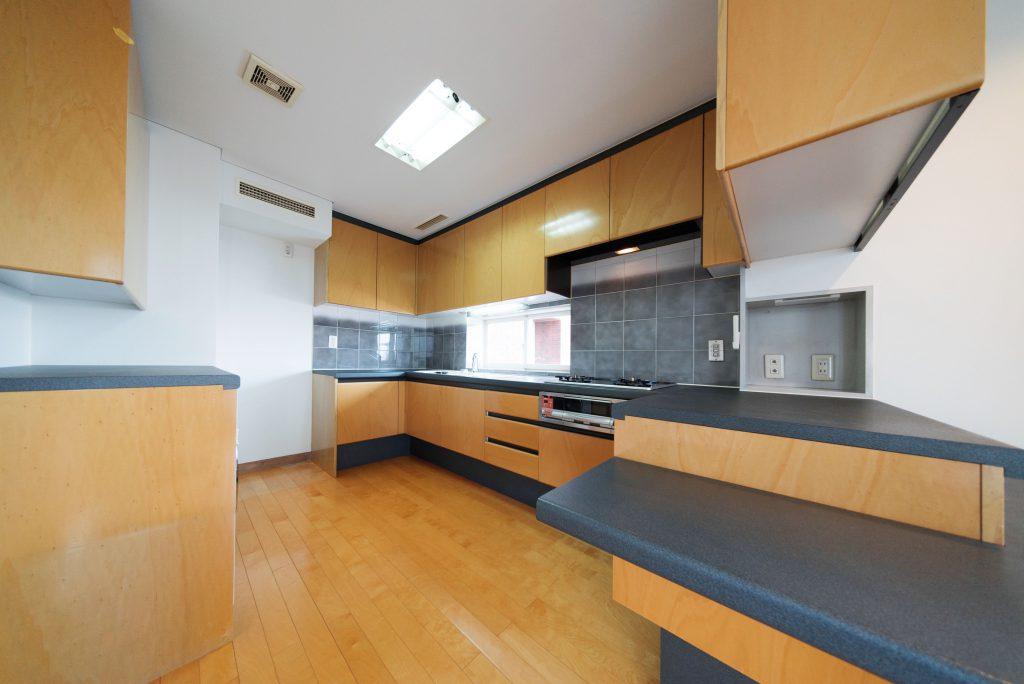 収納たっぷり、グリル付き2口コンロのキッチンは、リノベーション前そのまま。