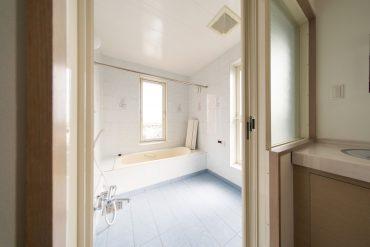ゆとりのあるお風呂。以前のものでありながら、洗練されたイメージ。