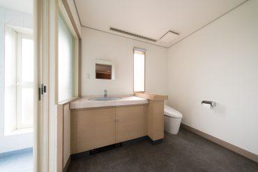 上階のトイレと洗面室。