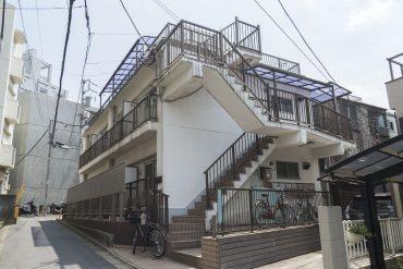 少し小高い坂の途中にある、昔ながらの共同住宅の面影を残したマンション。