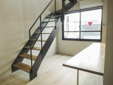 階段下が空いていて明るい空間です(内装)