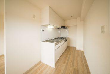 キッチンはダイニングの一角に、隠れた形であります。
