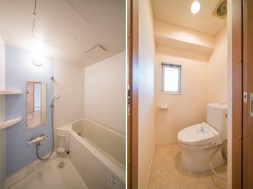 ブルーの壁がアクセントの清潔感あるお風呂、ゆとりサイズのトイレ。