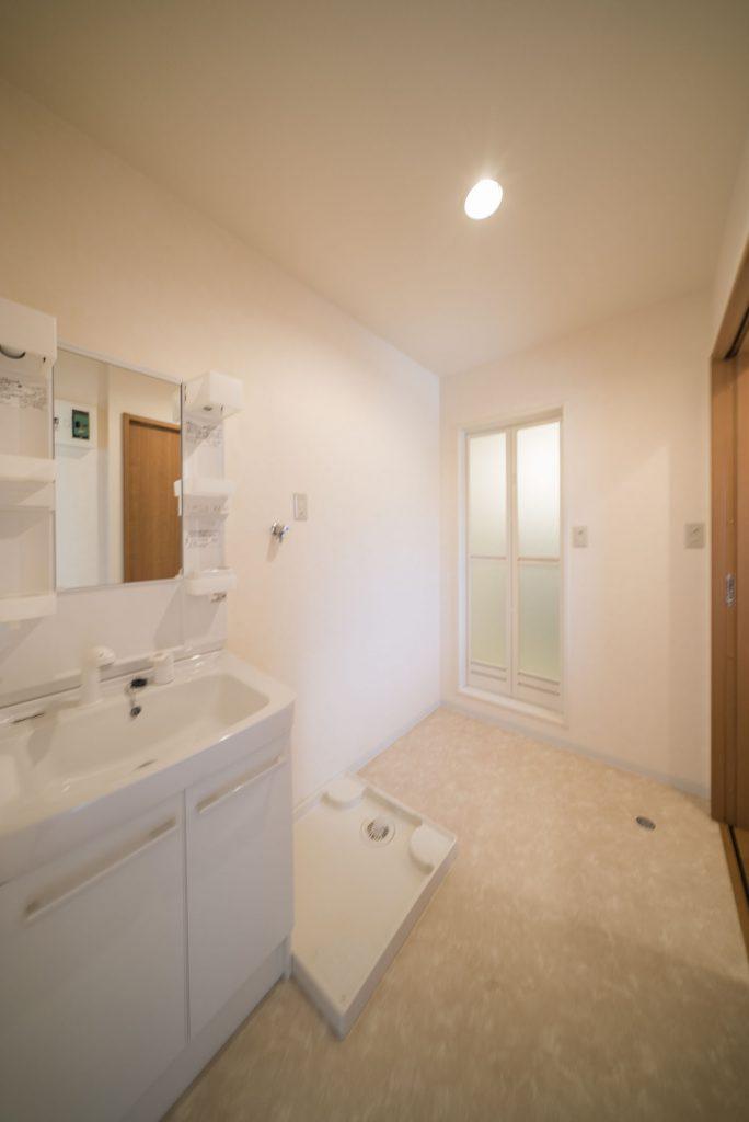 洗面台、洗濯機置き場のある脱衣場は、広々としたつくり。