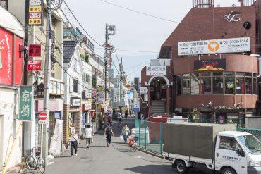 駅を出てすぐ目の前の、右側赤レンガの建物がマンションです。