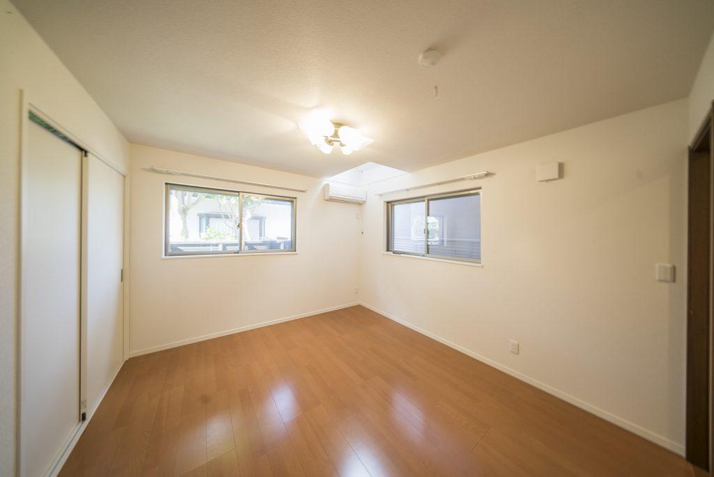 7.1帖の洋室。2面採光と天窓で明るさを取り入れています。