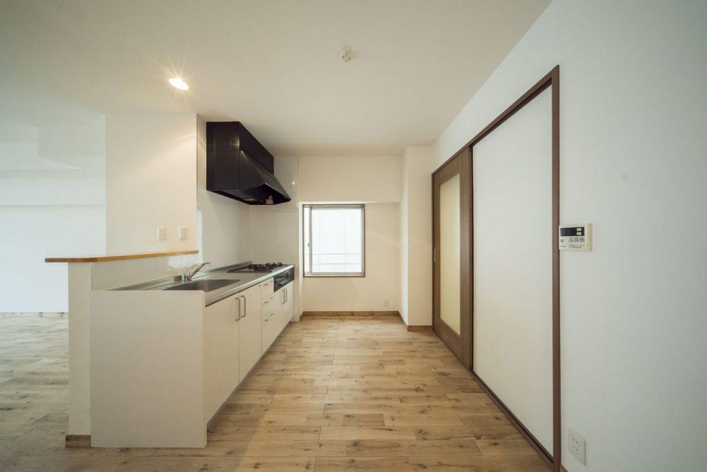 キッチン横にサニタリースペースがあります(キッチン)