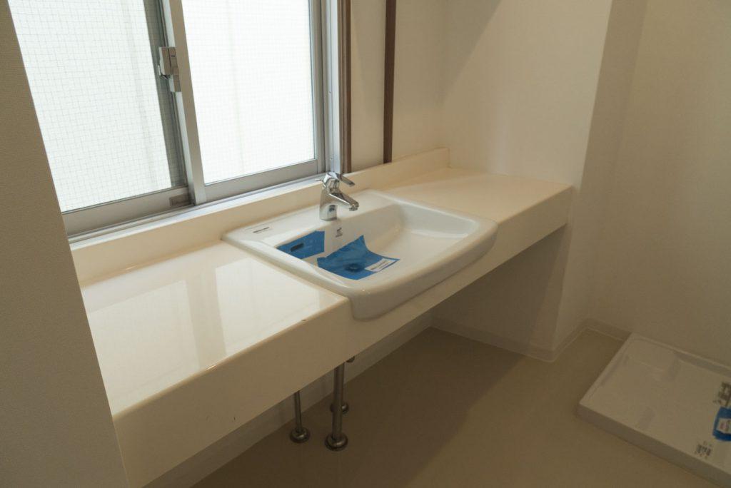 洗面周りには窓があってゆとりのある空間(内装)