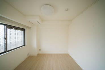 洋室その3。玄関先の洋室で、陽射しはあまり入ってきません。