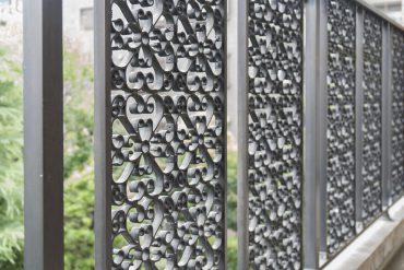 バルコニーの鉄格子がレトロでかわいい。