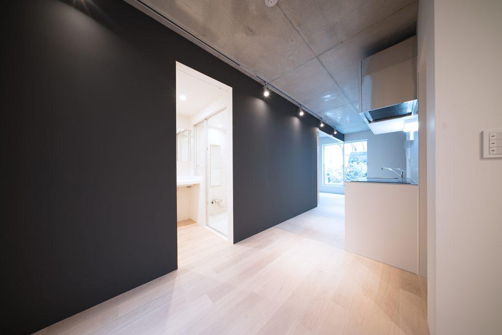 ブラックの壁がお部屋の印象をよりスタイリッシュに引き締めます。