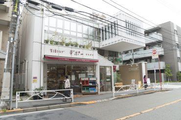 経堂駅からの道にはコンビニや自然派の飲食店も(周辺)