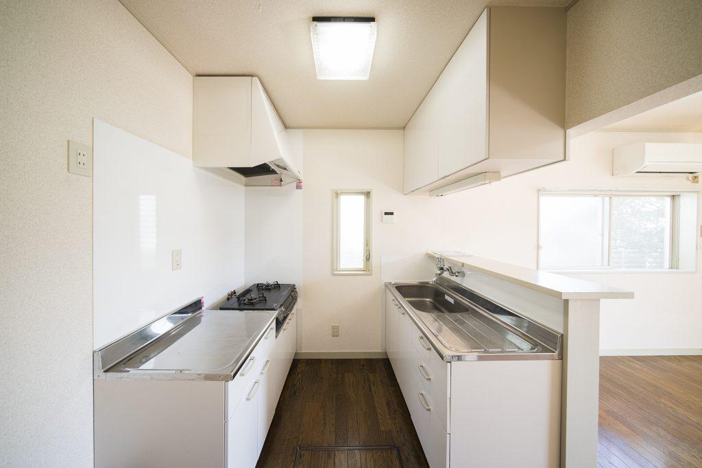 キッチンはカウンター式で、作業スペースが前後にあります。