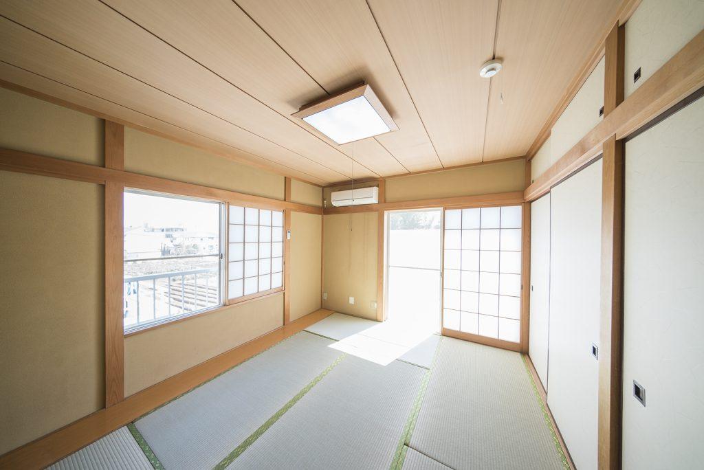 6畳和室。二面採光南向きでかなり明るい室内です。